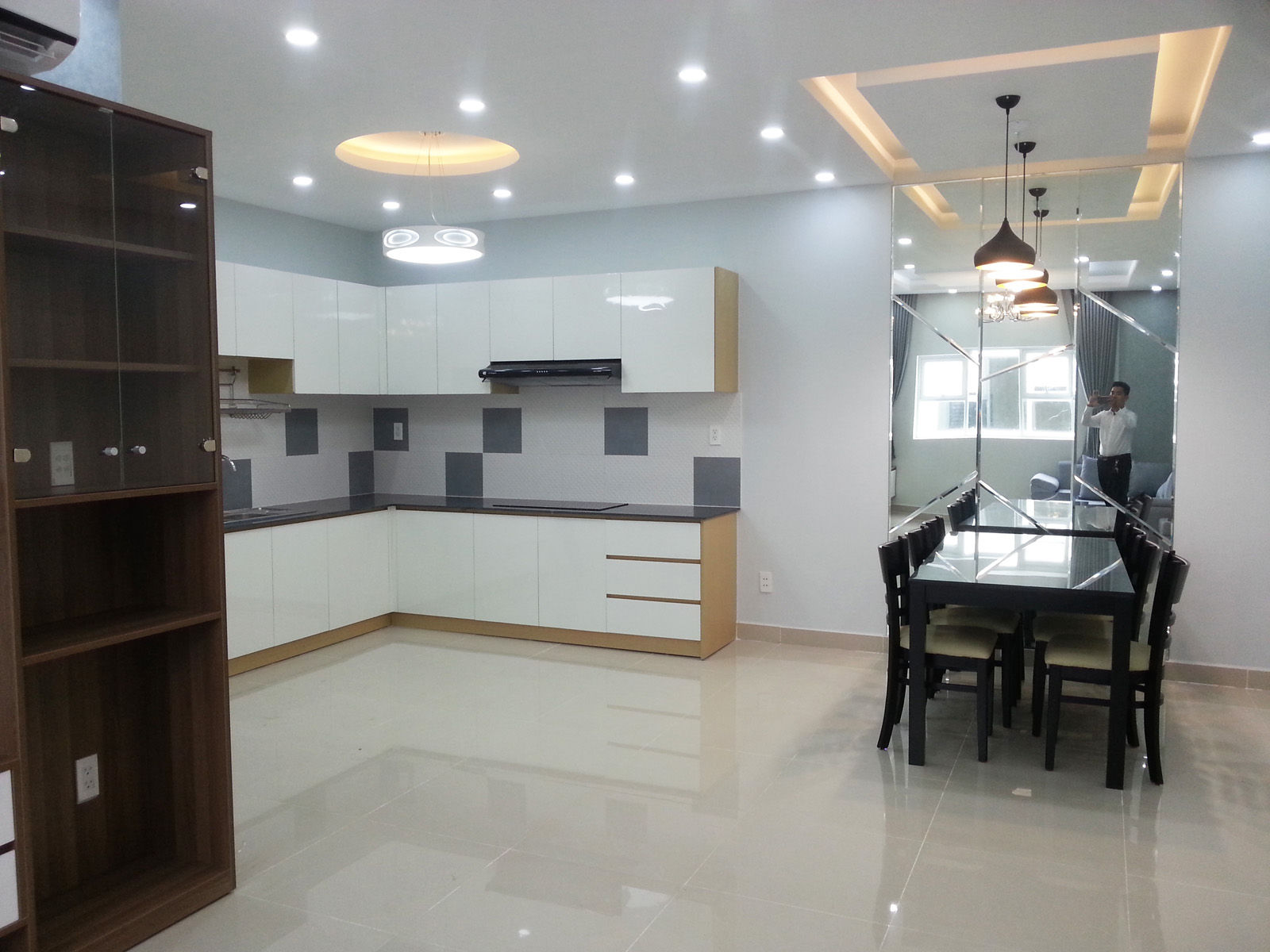 Phòng bếp và bàn ăn trong căn hộ Oriental Plaza