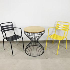 CBCF018 - Bộ bàn ghế cafe gỗ trê đồng hồ cát và 2 ghế sắt có tay